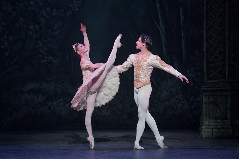 Alina Cojocaru and Cesar Corrales in English National Ballet's Nutcracker (C) Laurent Liotardo