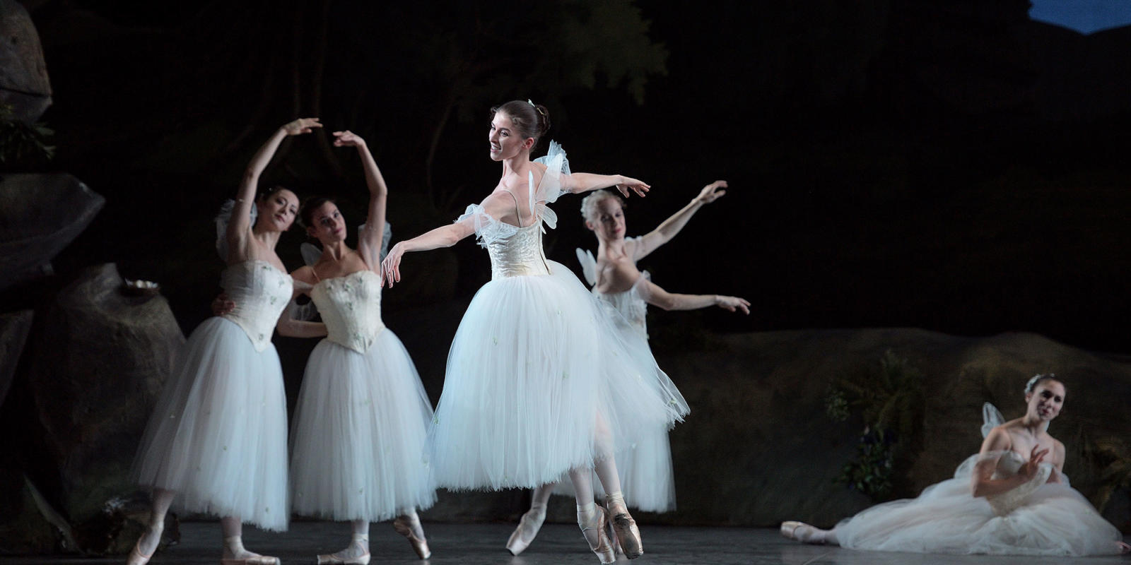 Connie Vowles in La Sylphide ® Laurent Liotardo